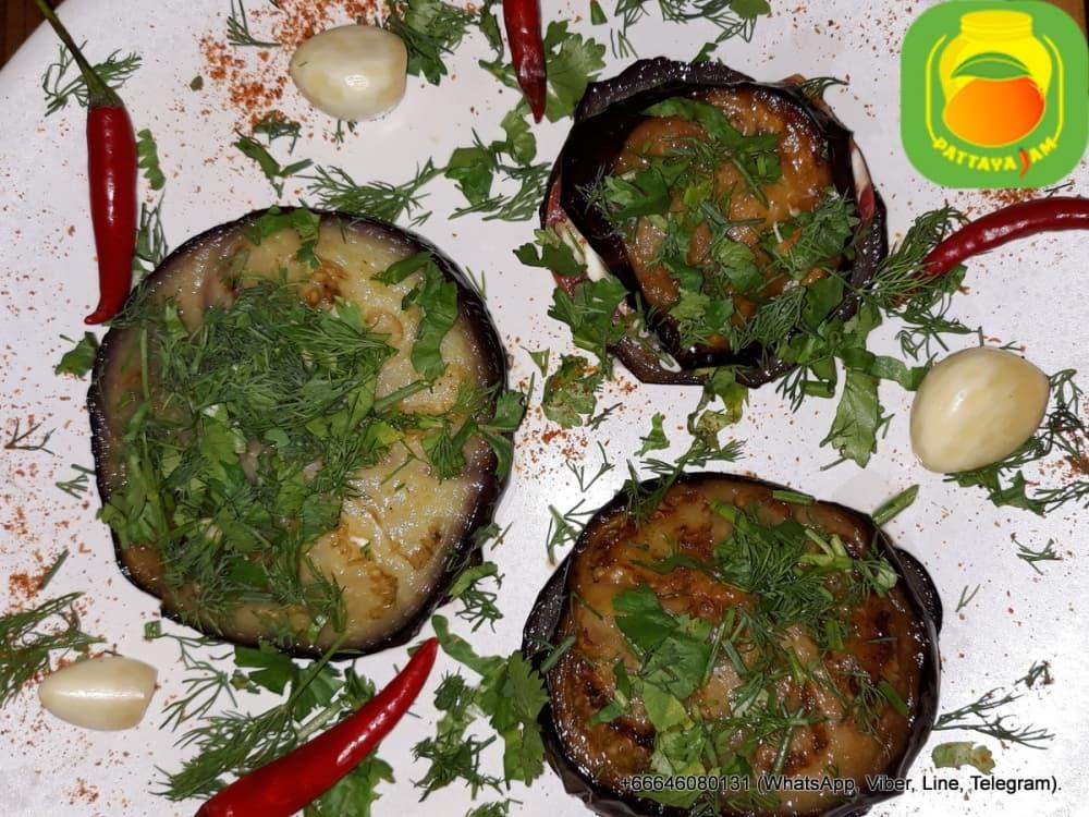 Острая закуска из баклажанов с помидорами и чесноком, по деревенски.