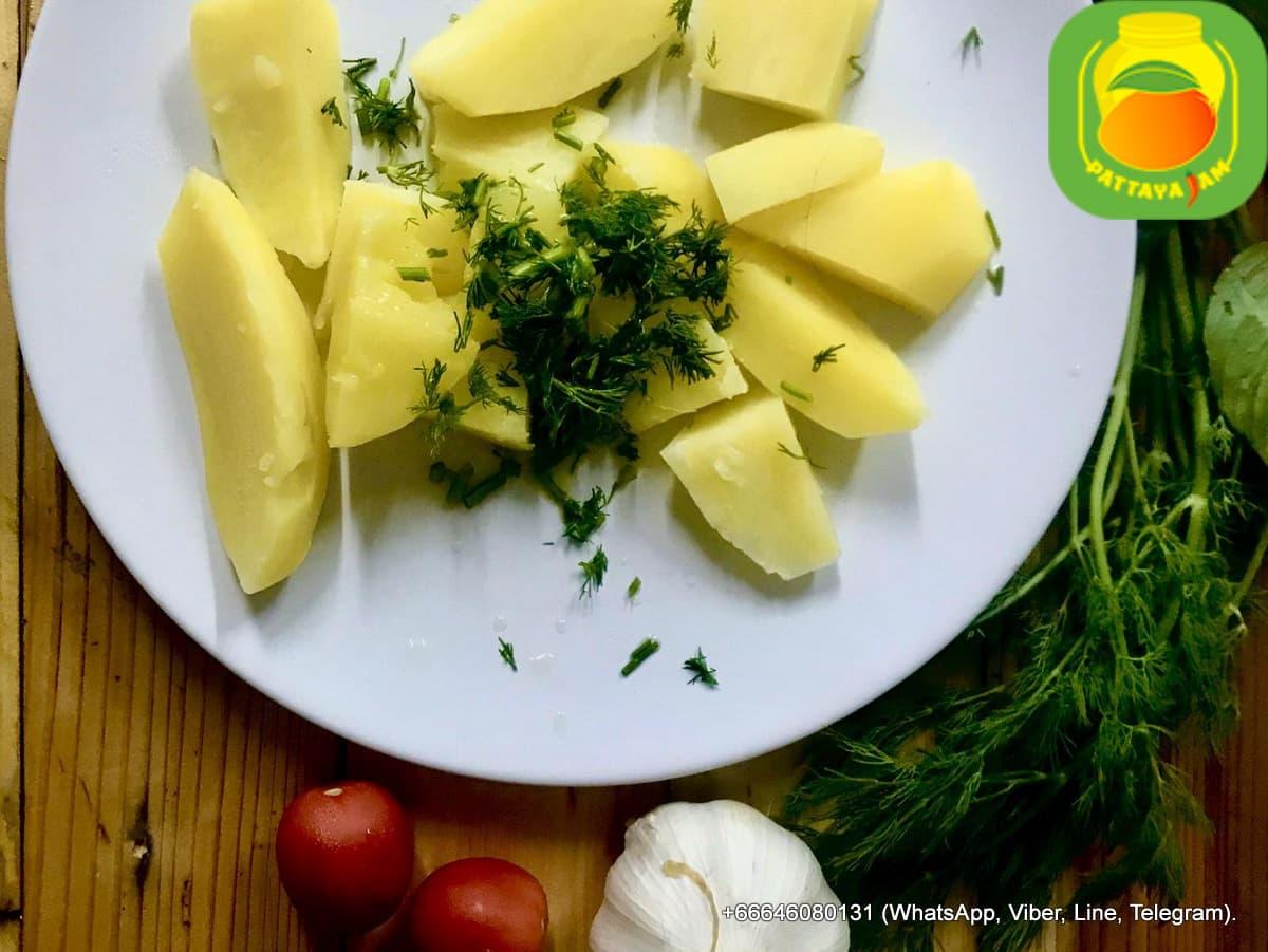 Гарнир - отварной картофель.