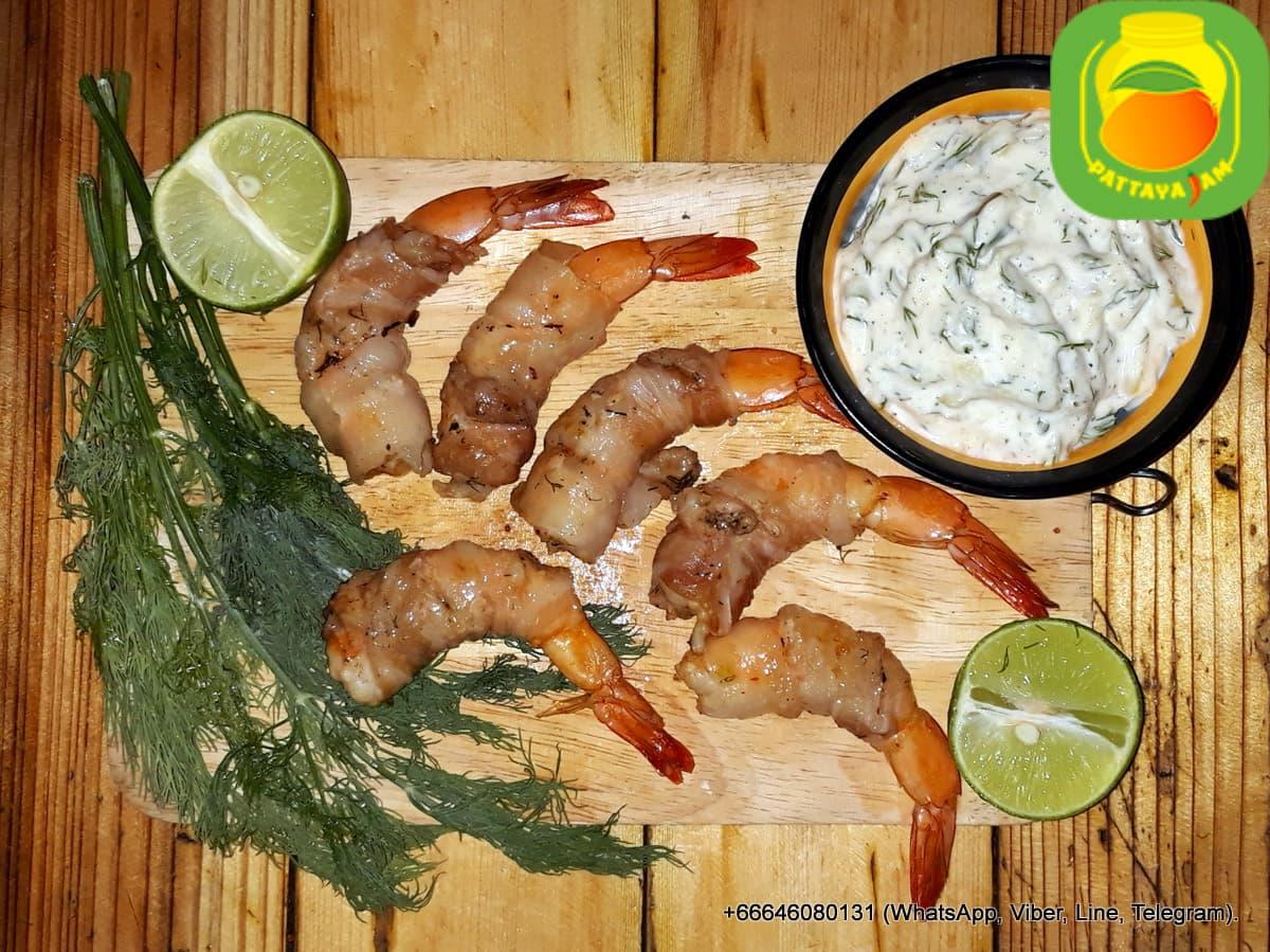 BBQ Креветки в беконе, в чесночном маринаде. Подаются с соусом тар тар .