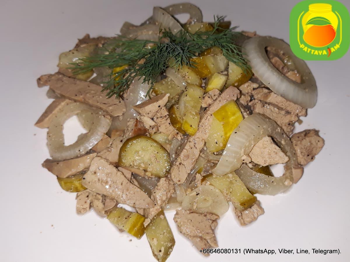 Салат из утиной печени, с маринованным огурчиком.